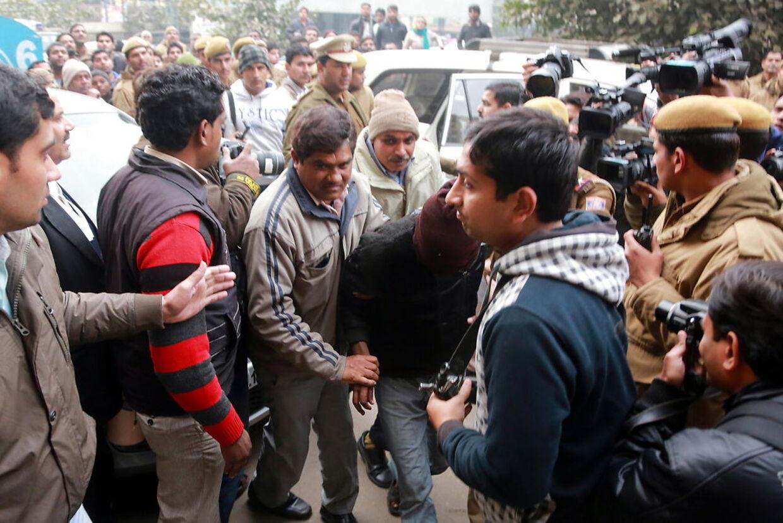 Indisk politi med en af de mistænkte voldtægtsmænd.