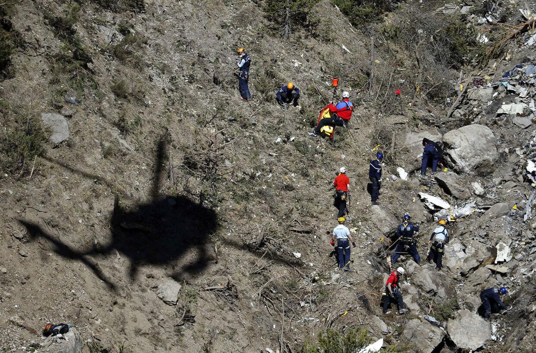 Her leder redningsfolk efter overlevende efter ulykken.