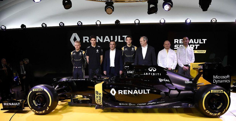 Her står Kevin Magnussen (yderst tv) lige ved siden af Esteban Ocon, da Renault præsenterer sin 2016-team i februar.