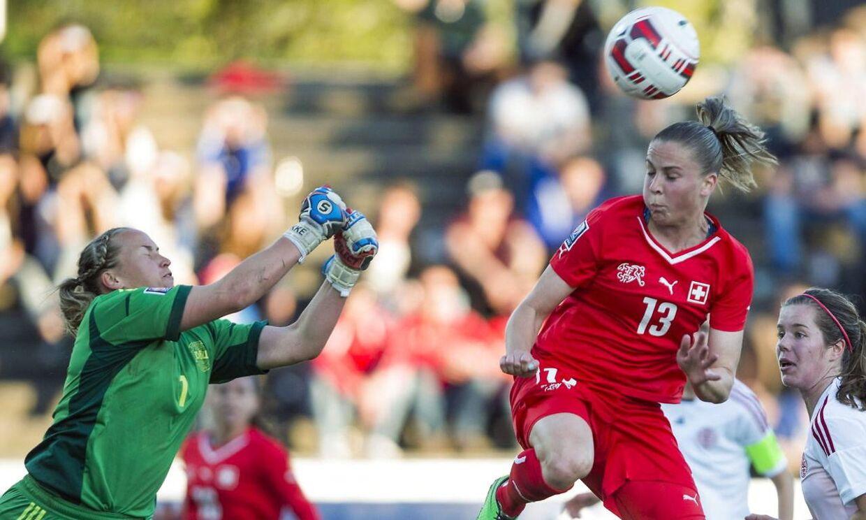 Danmarks målmand Stina Lykke Petersen (tv) fik ingen god jubilæumsgave, da holdet tabte til Belgien i Algarve Cup. Billedet er fra en tidligere kamp.