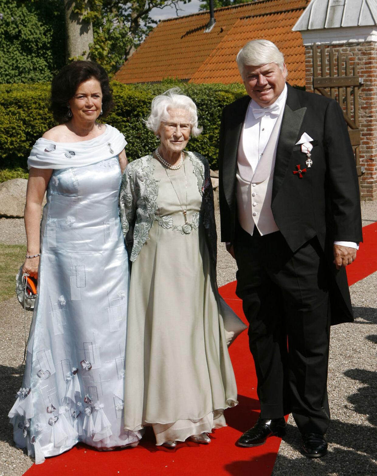 Prins Joachim og Marie Cavallier bryllup i Møgeltønder Kirke lørdag d. 24. maj 2008. Anette Nøhr Clausen, Bitten Clausen og Jørgen Mads Clausen fra Danfossimperiet.