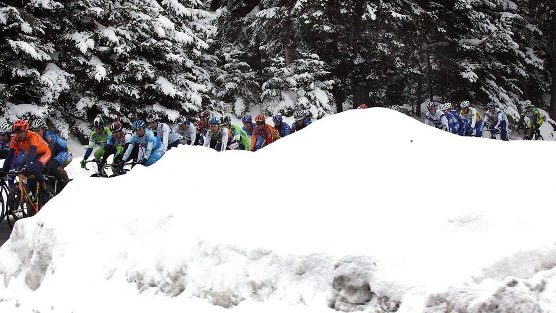 Rytterne måtte opgive at gennemføre dagens etape på grund af uforsvarligt glatte veje. Billedet stammer dog fra Paris-Nice tilbage i 2004, hvor rytterne også havde deres udfordringer med sneen.
