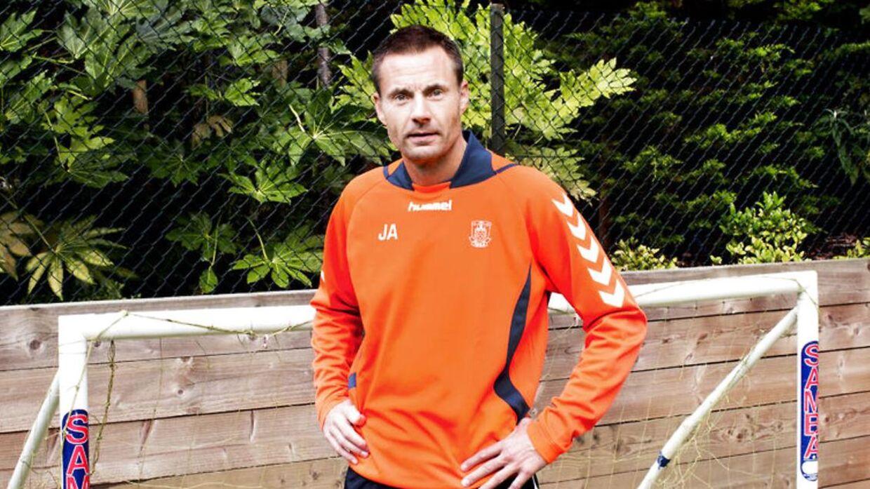 Jan Bech Andersen ses her i sit hjem i England, hvor han har sin egen fodboldbane.