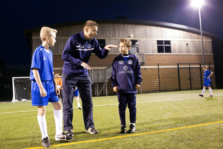 Jan Bech Andersen træner to gange ugentligt et drenge fodboldhold.