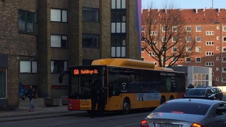 Et større område af Tagensvej i København er blevet afspærret efter fund af mistænkelige tasker i denne bus.