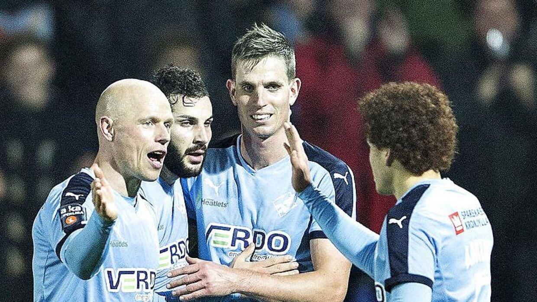 Christian Keller (tv.) er anfører i Randers FC. han er blevet kæreste med hustruen til Jonas Borring (den højeste).