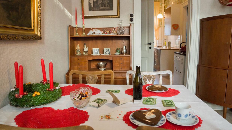 Der er dækket op til jul i lejlighederne i 1970'er stil - her er vi til juleøl hos den enlige mor, hjemmehjælperen Annalise, og sønnen Per. Foto: Den Gamle By/PR.