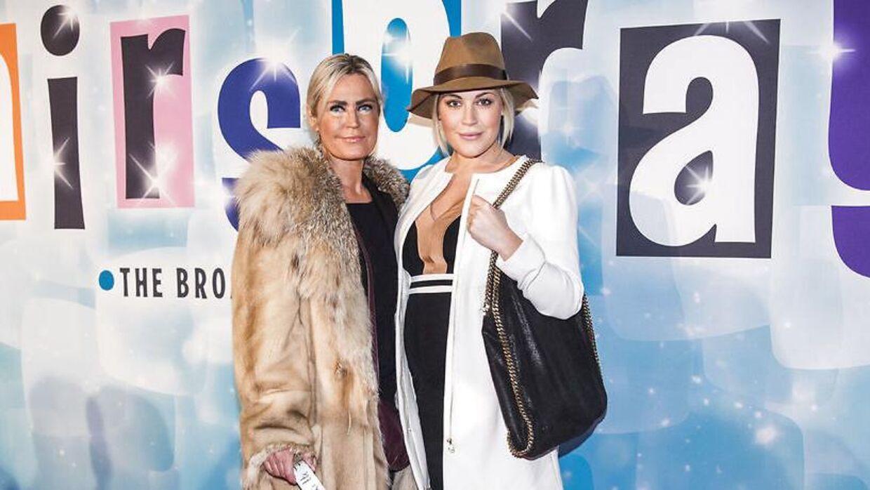 Amalia Szigethy og hendes mor til gallapremiere på musicalen 'Hairspray'.