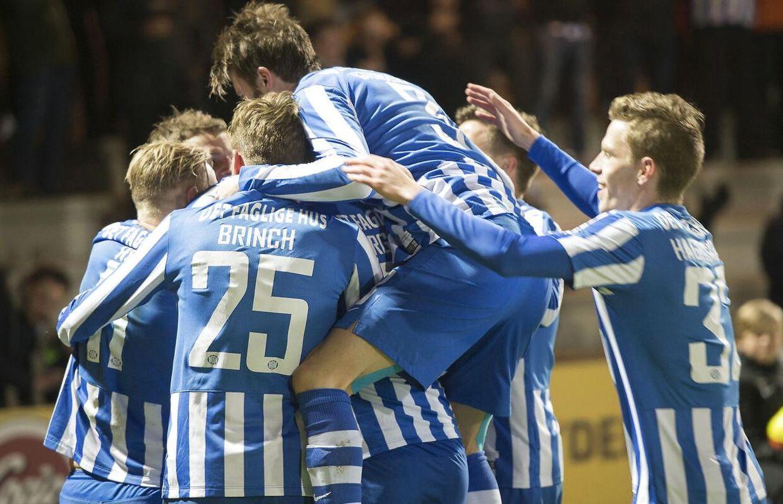 Esbjerg-spillerne er i stor jubel efter Magnus Lekvens scoring til 2-0 mod AGF.