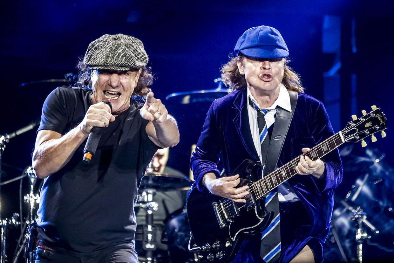 Her er det den næsten døve Brian Johnson, der fyrer den af sammen med AC/DC-guitarist Angus Young.