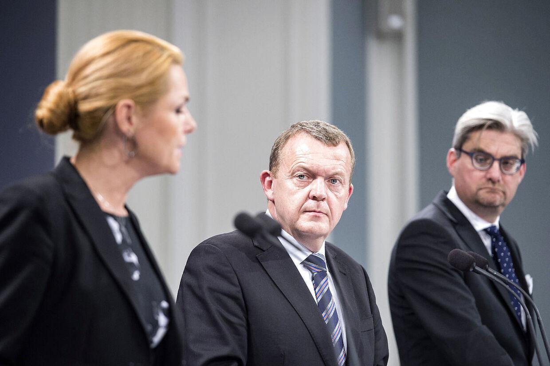Det er ikke kun journalister, der føler trang til at stille de danske ministre spørgsmål som her i Spejlsalen i Statsministeriet, hvor regeringens asylstramninger blev præsenteret af statsminister Lars Løkke Rasmussen, udlændinge-, integrations- og boligminister Inger Støjberg og justitsminister Søren Pind.