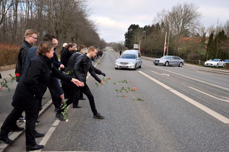Lokale borgere sagde farvel til Danfoss-enken langs ruten mod kirken