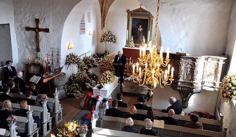 Joachim og Frederik sad på første række i kirken, da Bitten Clausen blev bisat lørdag.