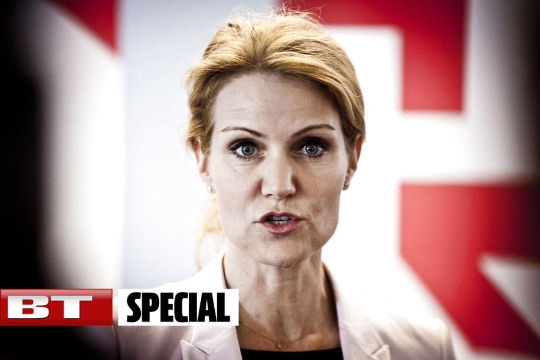Statsminister Helle Thorning-Schmidt kritiseres voldsomt af Venstre, de Konservative, Dansk Folkeparti og Liberal Alliance for at mangle respekt for Folketinget.