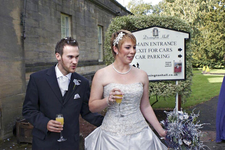 Sarah Williams og hendes mand på deres bryllupsdag i 2011.
