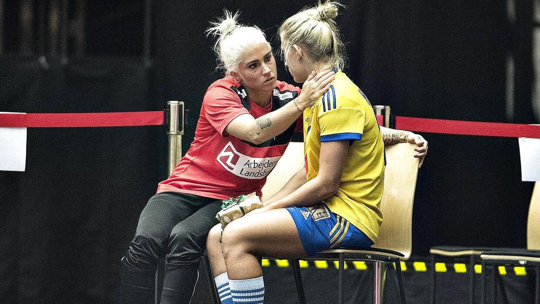 Kristina Kristiansen fandt sammen med Nathalie Hagman i Herning-hallen efter VM-ottendedelsfinalen.