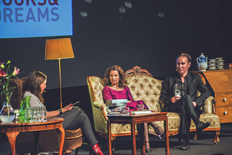 En del af forfatterjobbet er at rejse ud for at reklamere for den nyeste udgivelse. Her er Lars Kepler på scenen ved en bogmesse i Norge. I dag går Alexandra og Alexander Ahndoril på scenen på Krimimessen i Horsens for at tale om deres nyeste bog 'Playground'. PR-foto