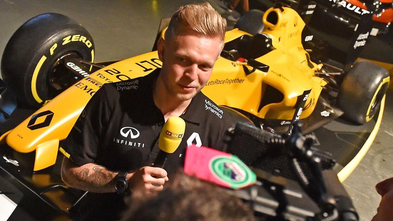Kevin Magnussen foran sin nye racer.