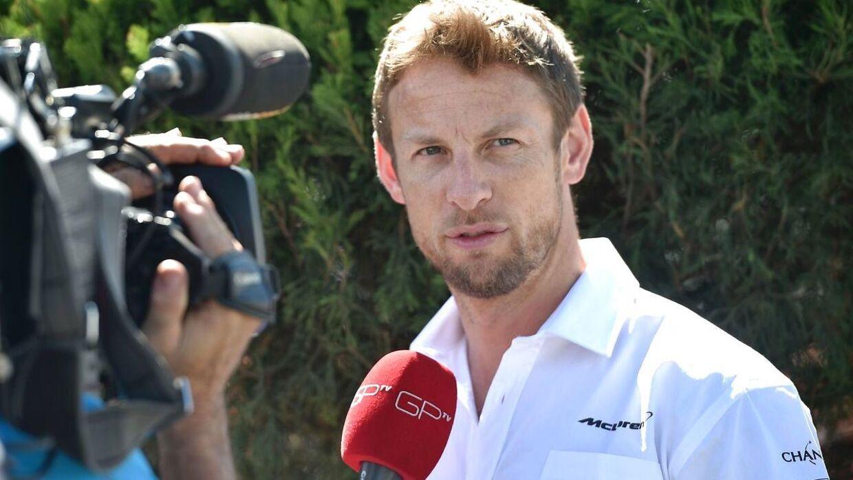 Jenson Button roser sin tidligere team-kollega Kevin Magnussen.
