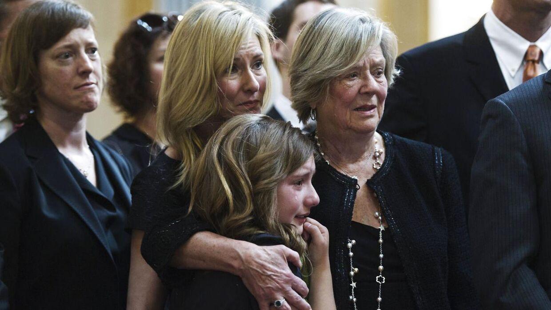 Eleanor McCain (tv.) med sin mor Margaret og datter Laura David ved faderens begravelse i 2011. Wallace McCain grundlagde milliardimperiet McCain Foods.