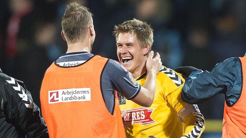 AGFs Steffen Rasmussen (gul trøje) fejrer sit mål til 2-2 mod AaB, som også blev kampens resultat. Men det var egentlig ikke hans intention at score.
