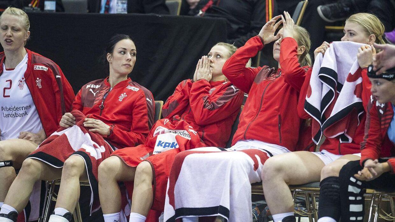 Skuffede danske spillere på bænken i slutningen af kampen mod Rumænien. Det havde de også god grund til.
