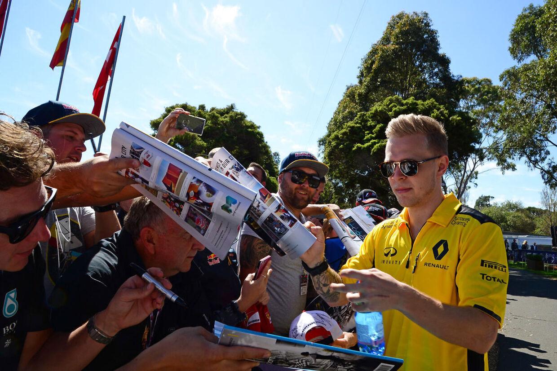 Kevin Magnussen hilser på fans.