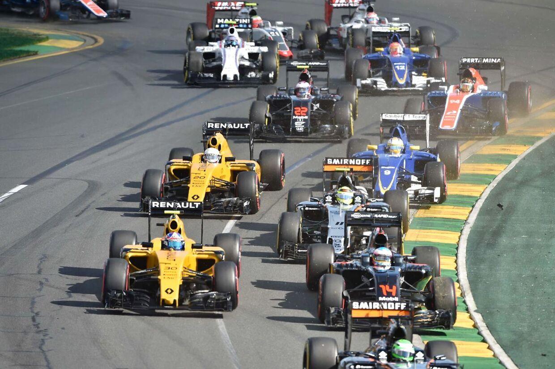 Her er Kevin Magnussen i den bagerste gule Renault på vej ud af sving to. kort efter går det galt.
