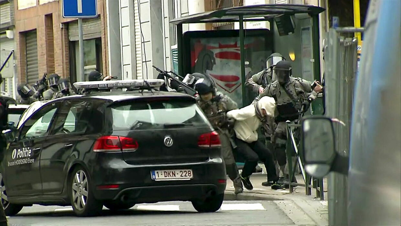 Fra aktionen i Bruxelles i fredags, hvor det endelig lykkedes specialstyrkerne af pågribe den eftersøgte terrorist Salah Abdeslam.