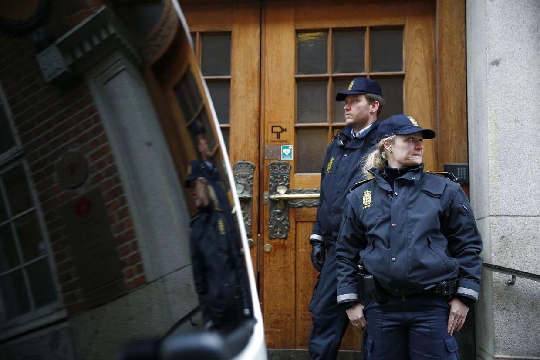 Yahya Hassan er anholdt og sigtet i forbindelse med et skyderi søndag aften. Her ankommer politibilen med Yahya Hassan til grundlovsforhør i retten i Kannikegade, Aarhus 21. marts 2016(Foto: Mikkel Berg Pedersen/Scanpix 2016)