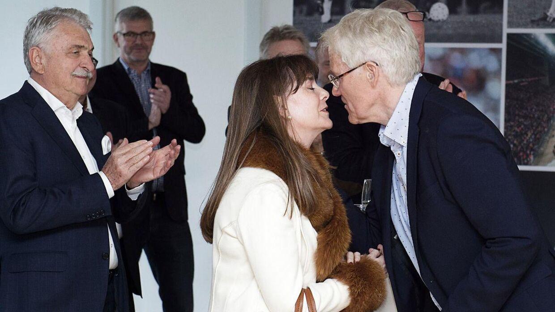 Morten Olsen kysser sin kone Mireille og siger tak for opbakningen.