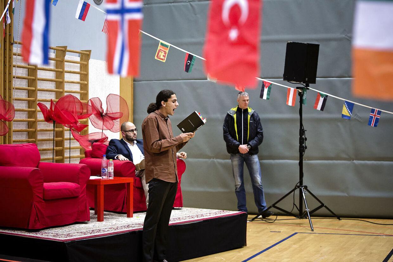 Den dengang 18-årige digter Yahya Hassan debaterer og læser op af sine digte på H. C. Andersen Skolen i Vollsmose en tirsdag aften tilbage i november 2013. I sin digtsamling kritiserede Yahya Hassan både kulturen i ghettoerne og islam. Arkivfoto: Thomas Lekfeldt/Scanpix 2013.