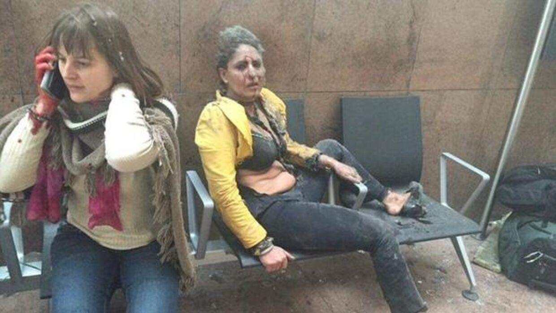 Kvinden i den gule trøje på billedet, som er gået verden rundt efter angrebene på Bruxelles tirsdag 22. marts, er den 41-årige indiske stewardesse Nidhi Chaphekar. Foto: Twitter