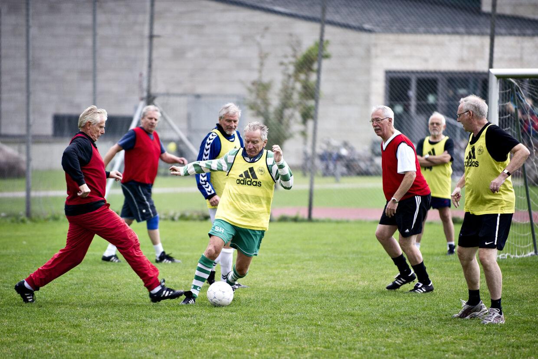 En flok ældre mænd spiller fodbold ved åbningen af Center for Holdspil og Sundhed onsdag d. 3 oktober 2012 i København. Det er den samlede danske idrætsverden og Københavns Universitet der står bag centret som henvender sig til den tredjedel af befolkningen, som gerne vil motionere, men ikke kan komme i gang på egen hånd.