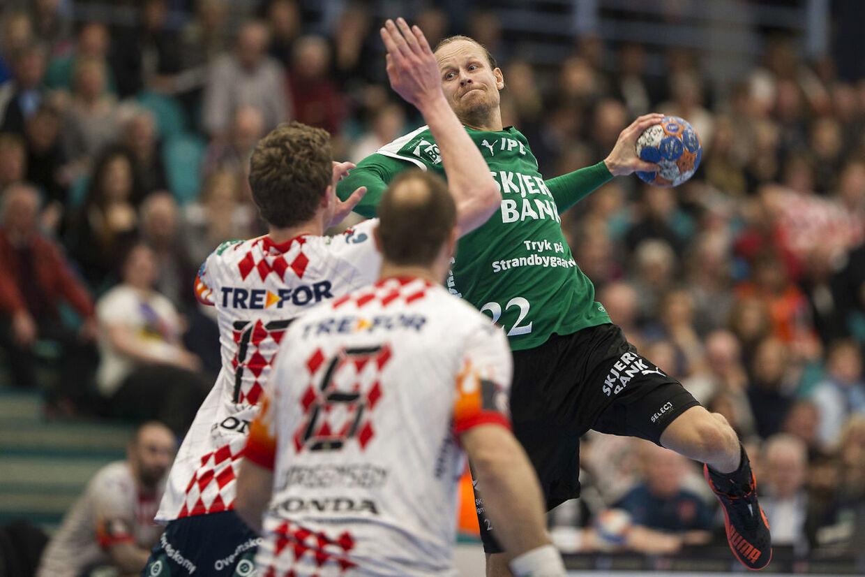 Skjern-spilleren Kasper Søndergaard (grøn trøje) er tvivlsom til Danmarks kommende OL-kvalifikationskampe.