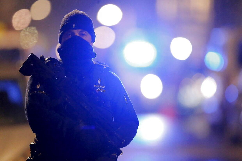 Her ses en maskeret belgisk betjent under operationen sent torsdag aften 24. marts 2016.