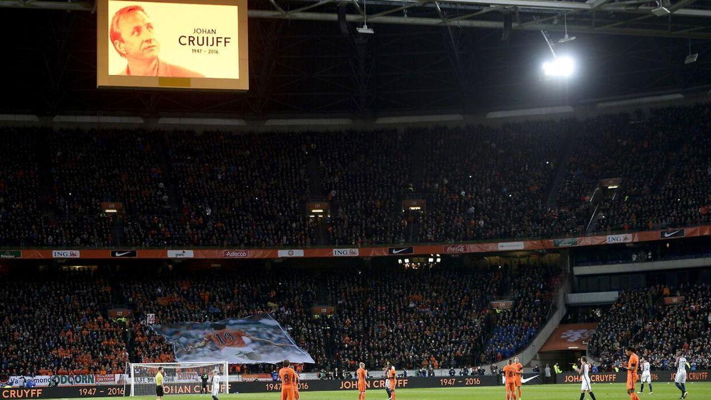 Hyldest til Cruyff under testkampen mellem Holland og Frankrig