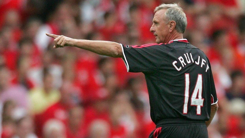 Johan Cruyff dirigerer - her under opvarmingen med Ajax Legends under en venskabkamp mod Arsenal på Emirates tilbage i 2006.
