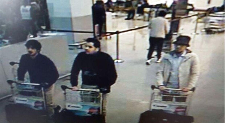 Her ses et overvågningsbillede fra lufthavnen i Bruxelles kort tid før bomberne sprang. Faycal Cheffou blev anklaget for at være 'manden med hatten' (t.h.).