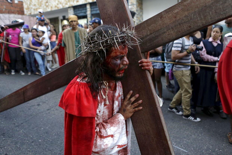 En skuespiller spiller Jesus Kristus under en genopførsel af Jesu korsfæstelse på langfredag.