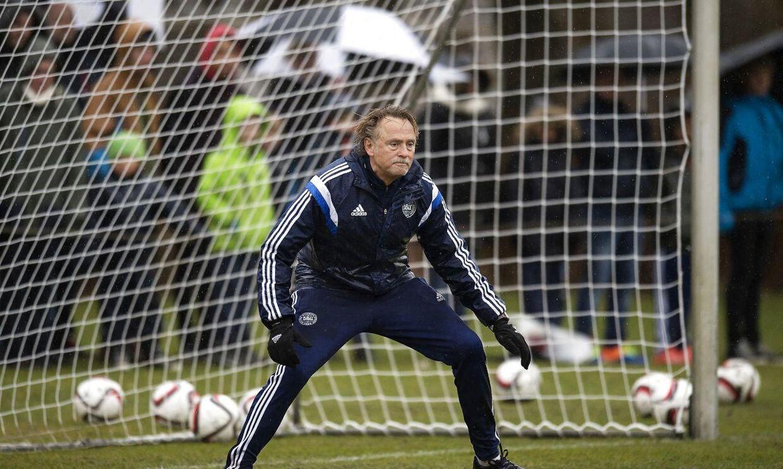 Målmandstræner Lars Høgh røg ind på kassen, da Kasper Schmeichel måtte udgå af søndagens træning med et ømt baglår.