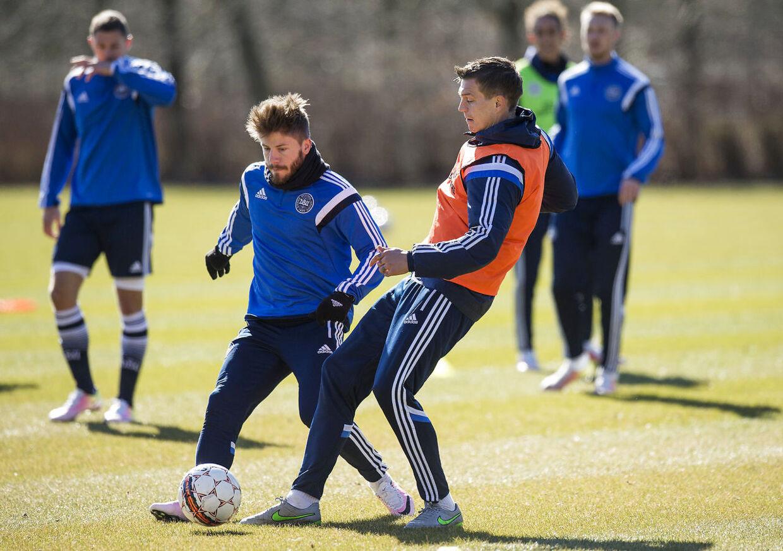 Lasse Schöne vil efter alt at dømme blive skiftet ind i stedet for Christian Eriksen undervejs mod Skotland.