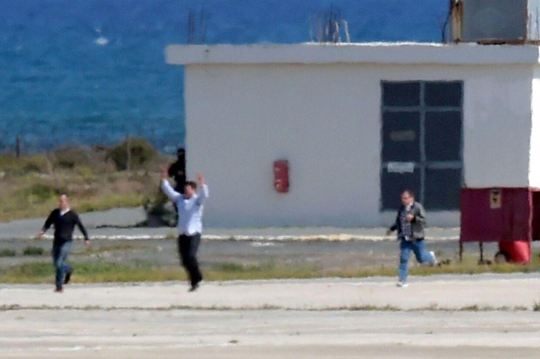 Passagerer fra det kaprede EgyptAir-fly løber på landindsbanen i Larnaca lufthavn efter at havde været gidsler inde i flyet siden tirsdag morgen.