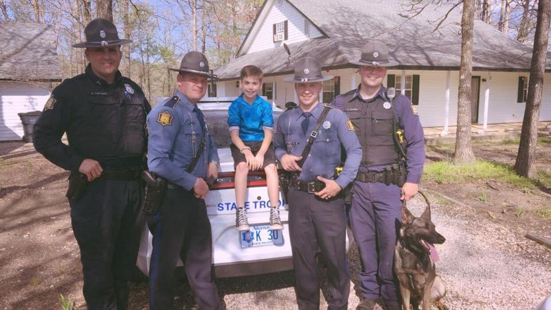 Fire betjente fra Arkansas State dukkede op for at overraske Toxey Andrews med en fødselsdagsfest.