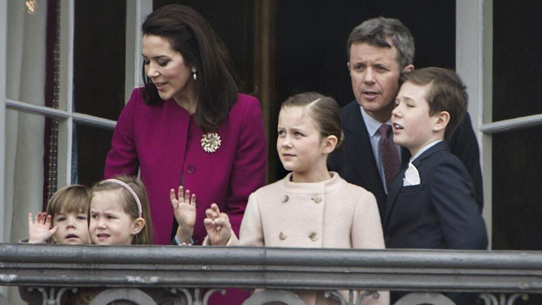 Kronsprinsparret og deres fire børn vinker fra balkonen på Amalienborg i anledning af dronning Margrethes 76-års fødselsdag.