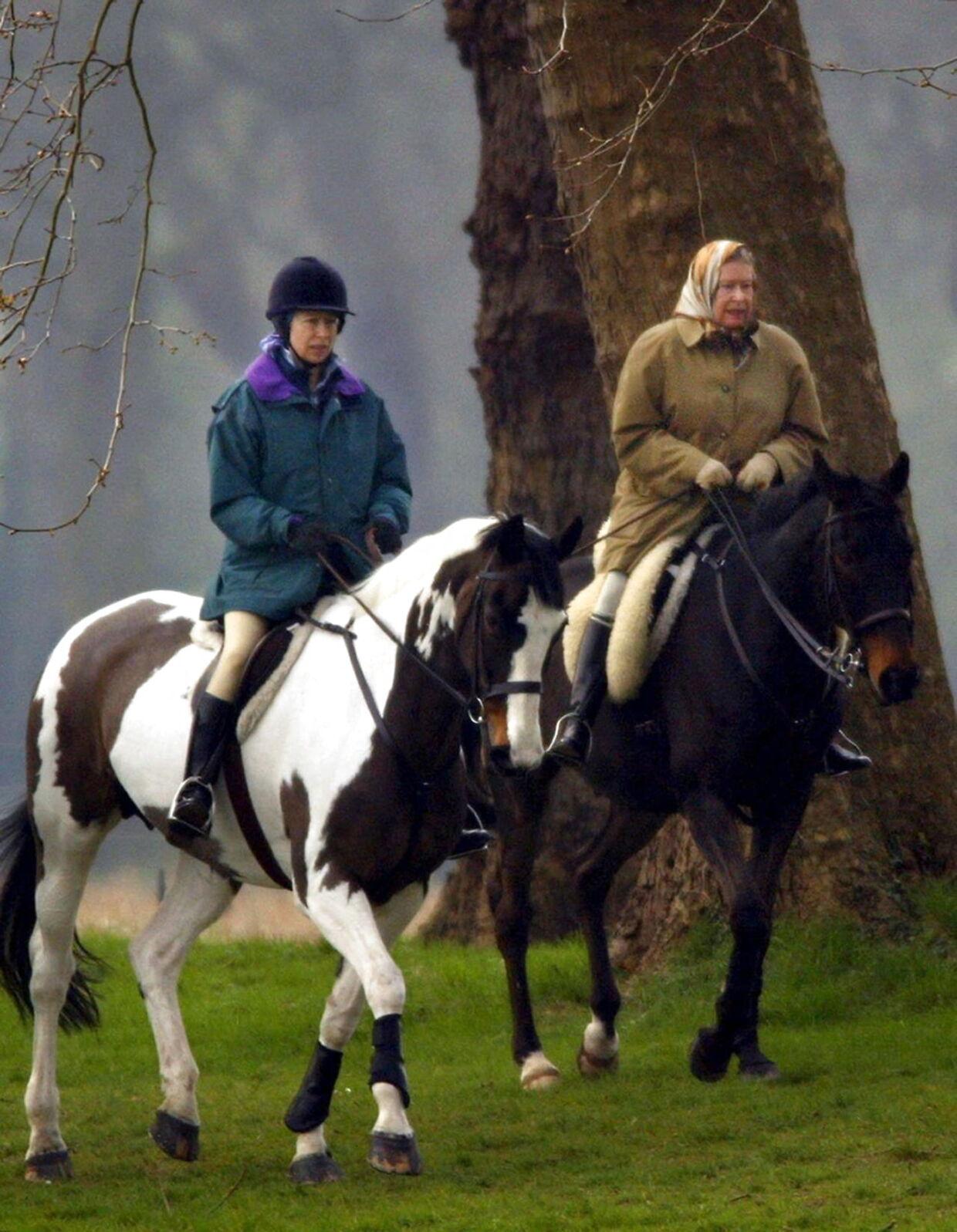 Dronning Elizabethog prinsesse Anne deler passionen for heste. Her ses de under en ridetur i 2002.