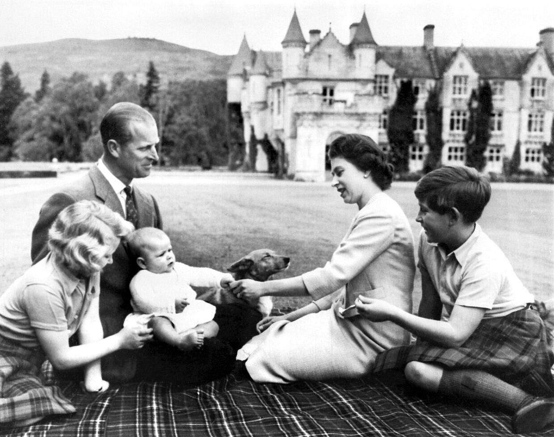 Dronning Elizabeth med prins Philip og deres tre førstfødte børn; prins Charles, prinsesse Anne samt prins Andrew.