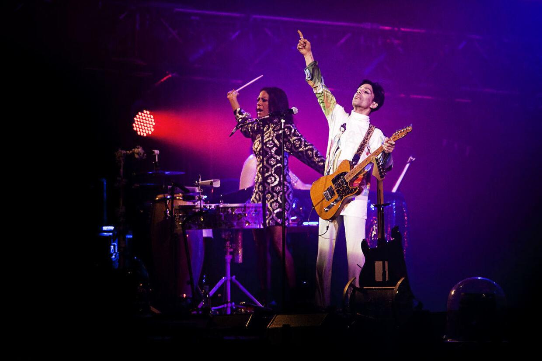 Prince på Orange Scene under Roskilde Festival i 2010.