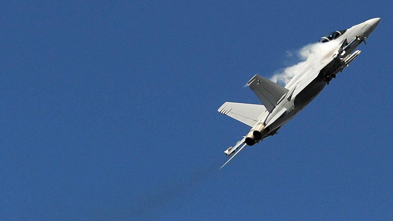 Kampen om jagerflyene er begyndt at spidse til. Tidligere jagerpilot mener, at Danmark skal holde sig fras Super Hornet-flyet.