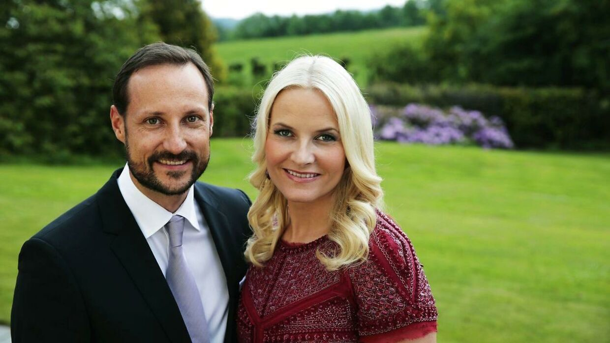 Kronprins Haakon og kronprinsesse Mette-Marit i haven ved deres residens i Skaugum. AFP PHOTO / SCANPIX NORWAY / LISE ASERUD NORWAY OUT